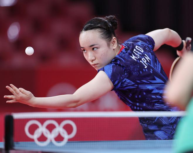 〔五輪・卓球〕女子シングルス3回戦でサーブを放つ伊藤美誠=27日、東京体育館