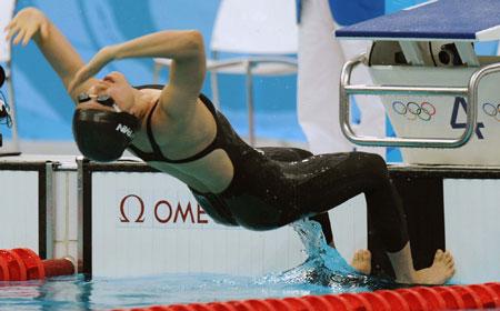 五輪・女子100背泳ぎスタートの中村