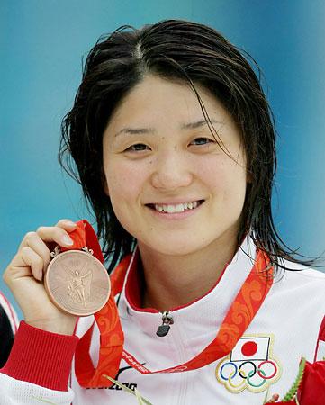 五輪・銅メダルを手にする中村