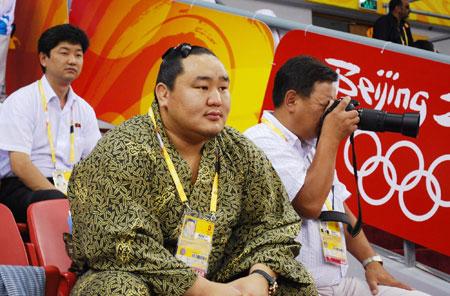 五輪・朝青龍、モンゴル選手を応援