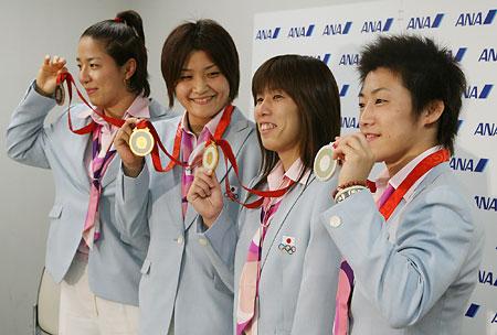 五輪・メダル見せる女子レスリング代表