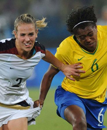五輪・女子サッカー決勝で競り合う2人