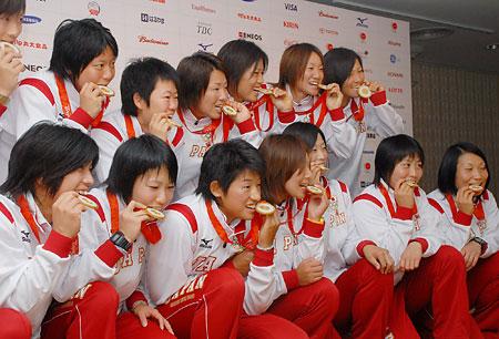 五輪・メダルをかじる選手たち