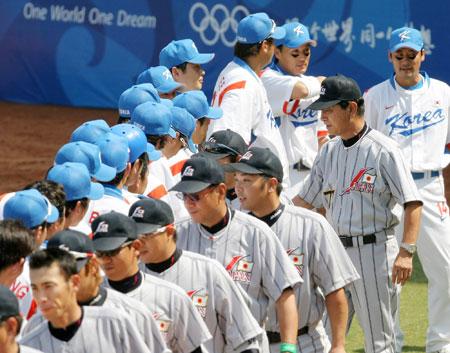 五輪・韓国の選手と握手する星野監督ら