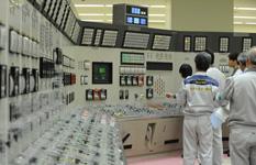 「もんじゅ」の中央制御室で、再起動の操作をする日本原子力研究開発機構の職員=2010年5月6日午前10時36分、福井県敦賀市〔代表撮影〕