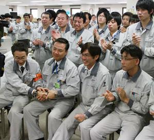 約14年ぶりに高速増殖炉「もんじゅ」の運転が再開され喜ぶ職員=2010年5月6日午前、福井県敦賀市【時事通信社】