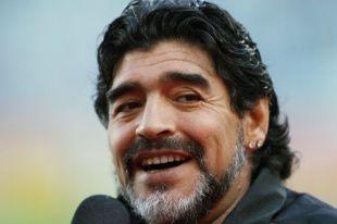 試合前に、テレビのインタビューを受けるアルゼンチンのマラドーナ監督(南アフリカ・ケープタウン)=2010年7月3日【時事通信社】