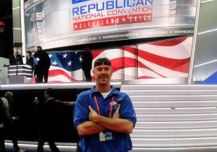 カリフォルニア州ビクターバレーに住むマイケル・カレンさんは、熱心なトランプ支援者。写真はオハイオ州クリーブランドで行われた共和党全国大会で撮影。彼はそこでボランティア職員として働き、トランプ氏とも対面した=2016年7月[本人提供]