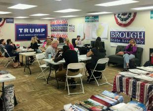 カリフォルニア州オレンジ郡の共和党オフィスの様子。ボランティアたちが有権者に電話をかけて、なぜトランプ氏に投票すべきか説得しようとしている。彼らは、クリントン氏の勝利が明確なカリフォルニアを捨てて、どちらが勝つか分からない浮動州の有権者に電話をかける戦術を取った[トニー・ビールさん提供]
