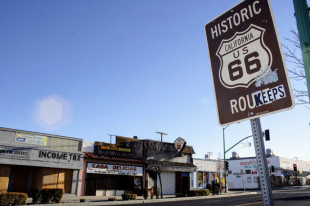 かつてはルート66が通って栄えていたカリフォルニア州ビクタービルのダウンタウンだが、今ではシャッター街と化している=2012年1月[筆者提供]