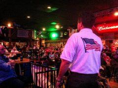 カリフォルニア州ビクタービルにある酒場で、オバマ政権に反対する人々が集会を開いた。トランプ氏が大統領候補に立候補する数年前から、保守勢力の不満は高まっていたのだ=2011年4月[筆者提供]