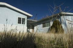 住宅バブルの崩壊で大打撃を受けたカリフォルニア州ビクタービルでは、写真のような空き家が、器物損壊や不動産詐欺などの犯罪のターゲットとなった=2010年8月[提供:デイリープレス、撮影:ジェームズ・クイッグ氏]