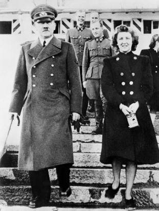 ナチス・ドイツ総統ヒトラー(左)とエバ・ブラウン=撮影日不明、ベルリン【AFP時事】