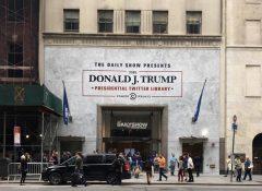 米ニューヨーク市マンハッタン中心部に登場したトランプ米大統領の「大統領ツイッター図書館」=2017年6月16日、ニューヨーク【時事通信社】