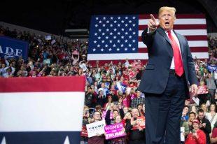中間選挙に向けて支持者に演説するトランプ米大統領=2018年11月7日、インディアナ州フォートウェイン【AFP時事】