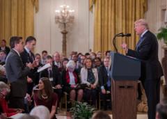ホワイトハウスの記者会見で質問する米CNNテレビのジム・アコスタ記者(手前左)とトランプ大統領(右)=2018年11月7日、ワシントン【EPA時事】