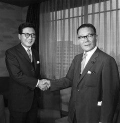 翌日の日韓国交正常化の調印式を前に会談に臨む椎名悦三郎外相(右)と韓国の李東元外務部長官(いずれも当時)=1965年6月21日、外務省【時事】