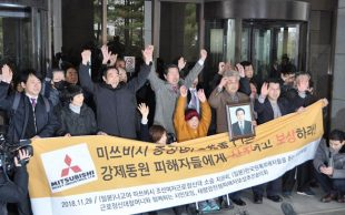 ソウルの韓国最高裁で三菱重工業への賠償を命じる判決後、万歳をする韓国人女性ら=2018年11月29日、ソウル【時事】