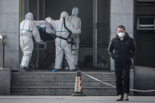 新型肺炎の処置のため病院に搬送される患者=2020年1月18日、中国・武漢市【AFP時事】