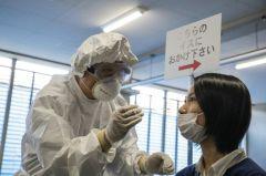 新型コロナウイルス感染の有無を調べるPCR検査のデモンストレーション=2020年5月8日、東京都品川区【時事通信社】