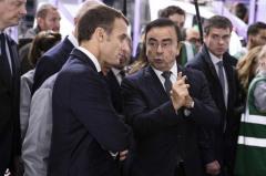 北フランスのルノー工場を訪れたマクロン大統領(手前左)と話すカルロス・ゴーン同社会長兼最高経営責任者(CEO)=2018年11月8日、仏モブージュ【AFP時事】