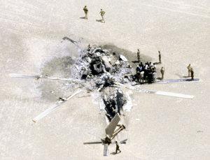 イーグルクロー作戦の撤収作業中、輸送機と激突して炎上したRH53Dヘリコプターの残骸(イラン・カビル砂漠)【PANA】