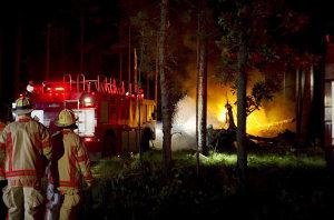 米空軍のCV22オスプレイが墜落し、炎上する機体の消火活動をする消防隊=2012年6月13日、米フロリダ州[米空軍提供]【時事通信社】