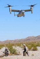 MV22の着陸を待つ米海兵隊員=2010年8月8日(米海兵隊提供)【時事通信社】