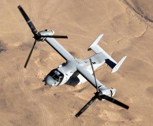 プロップローターの軸を水平にした状態の「固定翼機モード」でイラク上空を飛行する米海兵隊のMV22オスプレイ=2007年11月10日(米海軍提供)【時事通信社】