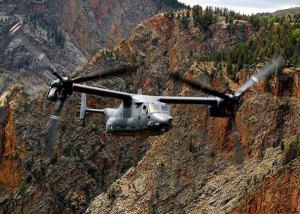 プロップローターの軸角度を水平にした「固定翼機モード」で飛行する米空軍のCV22オスプレイ=2007年8月3日(米空軍提供)【時事通信社】