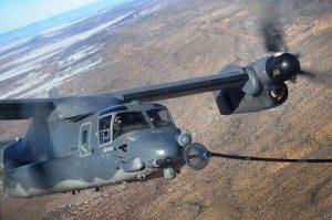空中給油用のプローブを伸ばし、MC130給油機の送油ホースと接続して給油を受ける米空軍のCV22オスプレイ=2012年1月4日(米空軍提供)【時事通信社】