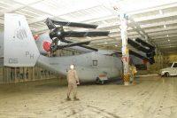 カリフォルニア州サンディエゴから米軍岩国基地へ運ぶため、主翼とプロップローターを折りたたみ、民間の運搬船「グリーンリッジ」に搬入される米海兵隊の垂直離着陸輸送機MV22オスプレイ=2012年6月29日[米海兵隊提供]【時事通信社】