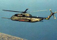 飛行する米海軍のRH53Dヘリコプター(米国防総省提供)【時事通信社】