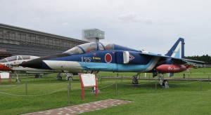 青森県立三沢航空科学館の「大空ひろば」には、自衛隊や米軍の実機が展示されている。写真はT2ブルーインパルス【時事通信社】