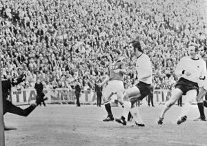 1972年欧州選手権決勝のソ連戦で、西ドイツのビンマー(右)がチームの3点目を決める。中央はこの日2ゴールを挙げたG・ミュラー。魅力的なサッカーでこの大会を制した西ドイツは2年後、開催国としてW杯に優勝する=1972年6月18日、ベルギー・ブリュッセル【AFP=時事】
