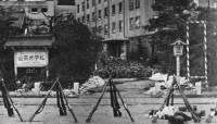 二・二六事件で反乱部隊の本部が置かれた東京・永田町の山王ホテル。中央奥は集合した兵士たち【時事通信社】