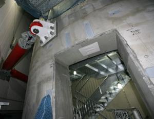 心柱(正面のコンクリート部分が柱)。右奥は内部に設置された非常階段=2011年10月30日【時事通信社】