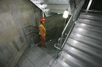 「心柱」内に設置された避難階段=2011年10月30日【時事通信社】