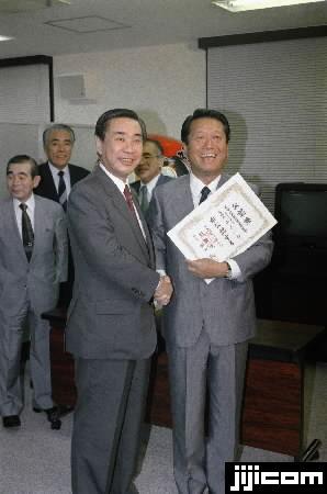 自民党を離党、新生党の出陣式で羽田孜党首から公認証を渡され…:小沢 ...