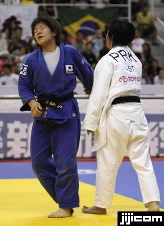 世界柔道 女子57キロ級準決勝で、ケー・スンヒ(右、北朝…:女子柔道 ...