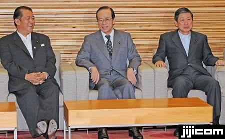 辞表取りまとめの臨時閣議に臨む(左から)鳩山邦夫法相、福田康夫 ...