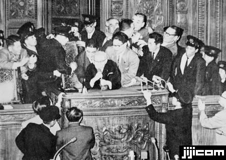 安保条約 新安保条約が衆院で強行採決。議長席に詰め…:昭和の記憶 ...