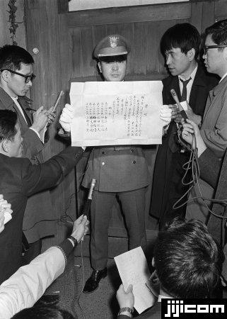 1970年11月25日、作家の三島由紀夫が、主宰する「楯…:三島 ...