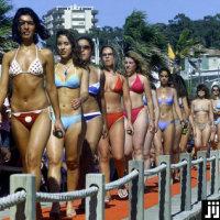 1f2e4908db8 青空の下、ビキニの水着で歩く女性たち。ポルト…:怒濤の行進 ビキニパレード 写真特集:時事ドットコム