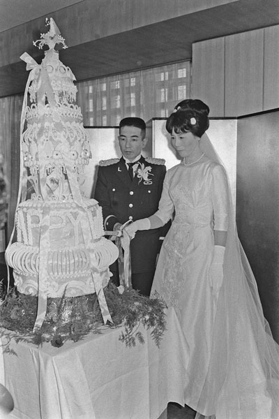 結婚式でウエディングケーキに入...