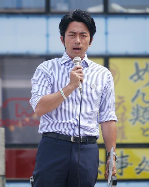 演説中の小泉進次郎