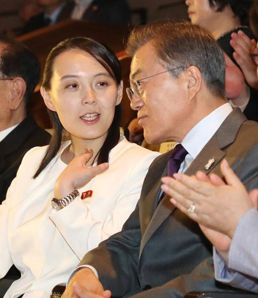 北朝鮮芸術団の公演会場となったソウルの国立劇場で、文在寅韓国大統領(右)と話す北朝鮮の金正恩朝鮮労働党委員長の妹、与正氏