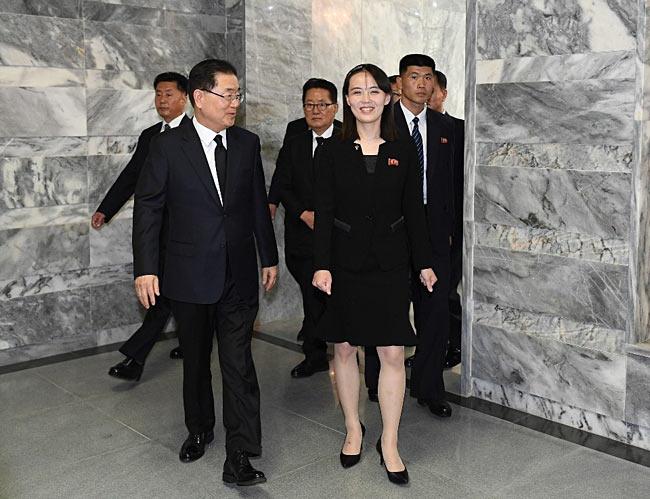 板門店で、韓国大統領府の鄭義溶国家安保室長(前列左)と話す北朝鮮の金与正朝鮮労働党第1副部長(同右)=2019年6月1…