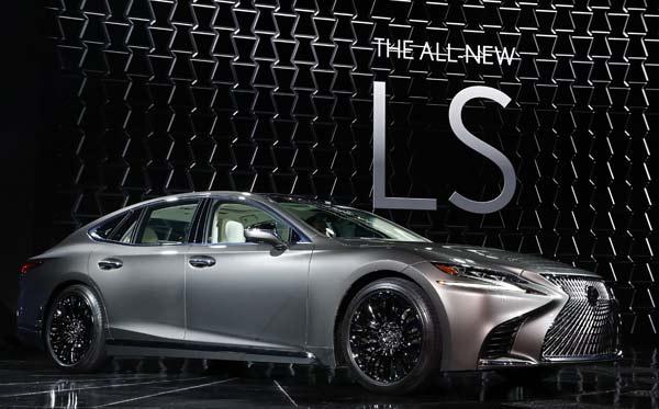 トヨタ自動車が北米国際自動車ショーで世界初公開した高級車ブランド「レクサス」の新型セダン「LS」=米デトロイト