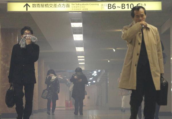 朝の地下鉄・銀座駅で発煙 写真特集